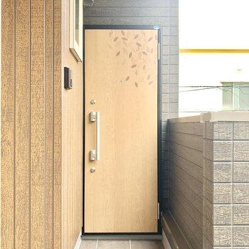 オレンジの玄関扉にときめき。