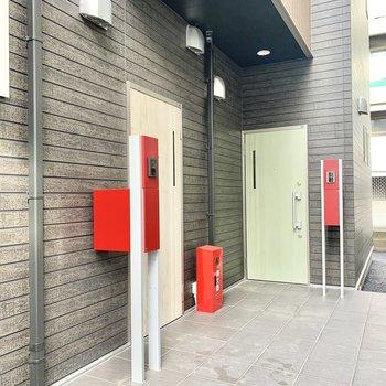 左側のドアのお部屋です。
