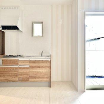 ウッドデザインの素敵なキッチン。右隣に冷蔵庫置けます。