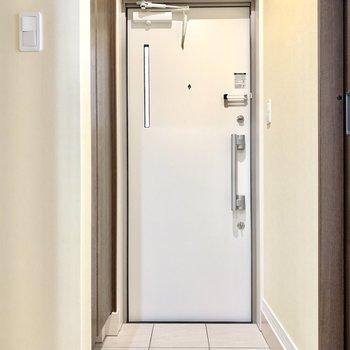 ホワイトでちょうどいいスペースの玄関。