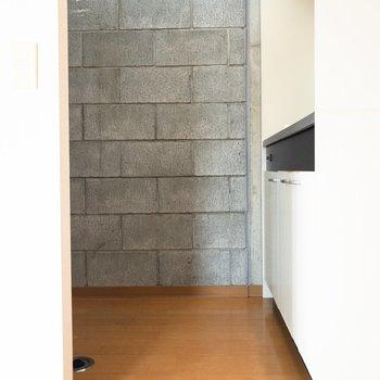 キッチン付近にもコンクリートの壁が。※写真は4階の同間取り別部屋のものです
