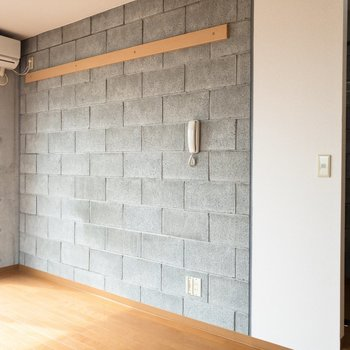 反対側の壁には長押が。好きな服をディスプレイしたいな。※写真は4階の同間取り別部屋のものです