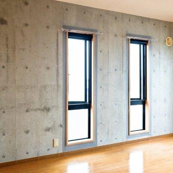 東側には縦長の窓がふたつ。※写真は4階の同間取り別部屋のものです
