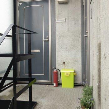 共用部もコンクリート打ちっぱなしで素敵。※写真は4階の同間取り別部屋のものです
