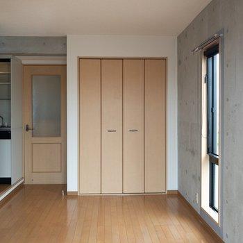 ベランダ側から見たお部屋。扉は木目調で落ち着きがあります。※写真は4階の同間取り別部屋のものです