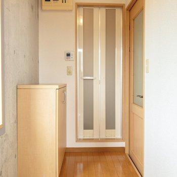 玄関前から洋室前まで。奥の扉を開くとユニットバスが。※写真は4階の同間取り別部屋のものです