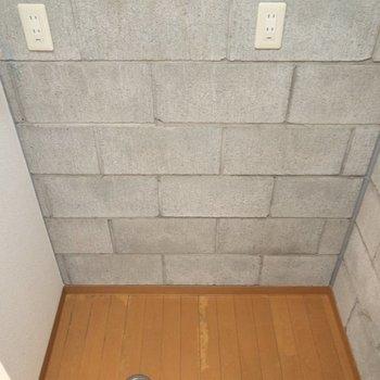 キッチンの向かいには冷蔵庫と洗濯機の置場が。※写真は4階の同間取り別部屋のものです