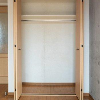 クローゼットには2シーズン分くらいの洋服が入りそう。※写真は4階の同間取り別部屋のものです