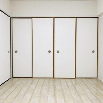 洋室には窓がないながらも広々。その分壁が広いのでプロジェクターで映画など見れそう。