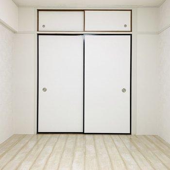 白が基調のこのお部屋の寝室には合わせて白色のベッドを置きたいな。