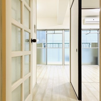 廊下から中を覗いたときの開放感も素敵。お次は洋室。