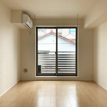 洋室は縦長の8.8帖。ベッドとテーブルなど、ひとり暮らしのアイテムがちょうどよく配置できる広さです。