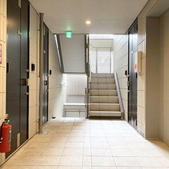 共用廊下は内廊下式で、エレベーターもきちんとあるのでたくさん買い物した日も安心◎