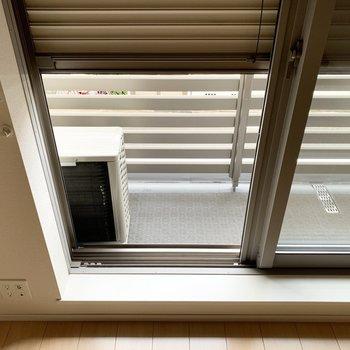 窓にはシャッターも設置されていて、防犯面に配慮◎