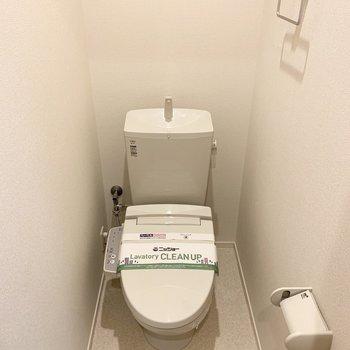 おトイレはウォシュレット付で、上部に棚も設置されています。