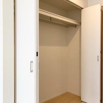 収納は折戸2対で大きく開く、ハンガーパイプ付クローゼット。