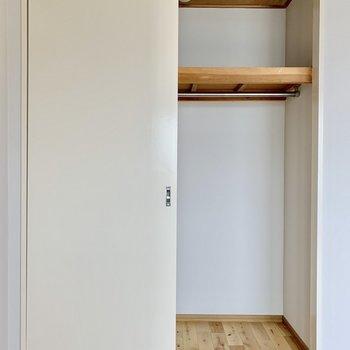 クローゼットの扉の開閉スペースを気にせず家具を置けますよ。