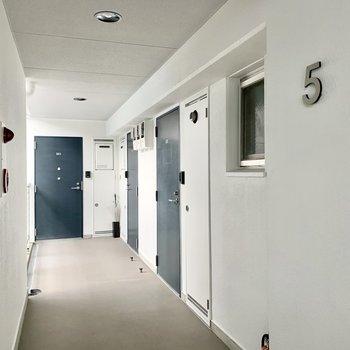 共用廊下はシンプルながらもオシャレ!