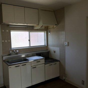 【工事前】キッチンは十分な大きさがあります。