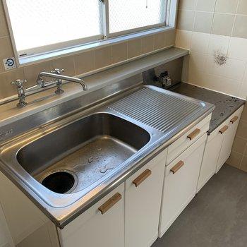 キッチンはシート張りと把手交換を施しました。ちょっぴりレトロですが、雰囲気は悪くないです。