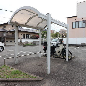 駐輪場は屋根付きで安心