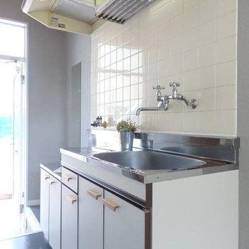 【完成イメージ】キッチンは既存のものにシート貼り。蛇口のハンドルも可愛いものに替えます。