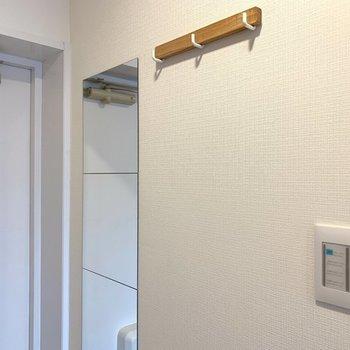 【完成イメージ】玄関には姿見やコート掛けなど小物類をプラス。スイッチプレートにおしゃれに替えます。