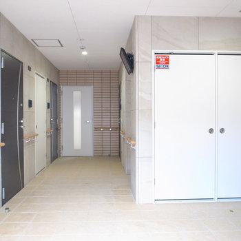 【共用部】オートロックを抜けたエントランス。目の前の、モニターの下にエレベーターが。