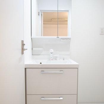 ごちゃごちゃしてないシンプルな洗面台。