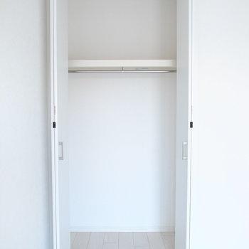 【洋室4.3帖】こっち側の洋室に。こちらはふつうのクローゼットでした。