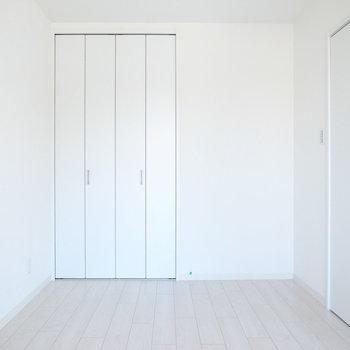 【洋室6帖】LDKよりも細身。縦長の空間は家具が置きやすいです。
