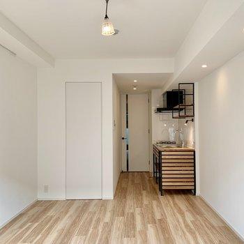 グリーンなど明るめのラグを敷くと、お部屋がパッと明るくなります。