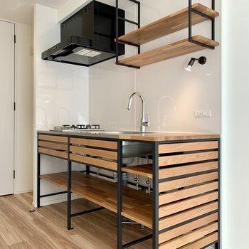 キッチン上下の収納には調味料や調理器具を。