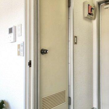 お向かいのサニタリールームへ。