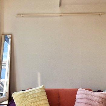 壁にはハンガーなどを掛けられるポール付き。※家具・家電はサンプルです