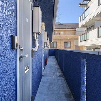 お部屋の前もブルーに統一。