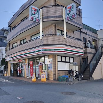 駅までの道にはコンビニもありました。