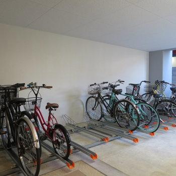 自転車置き場に屋根があるのはちょっと嬉しい