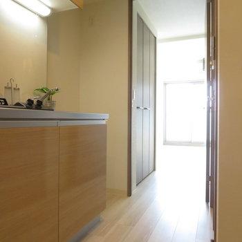 建具やキッチンはブラウンに ※文章と※写真は同間取り別部屋のものです