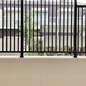 【洋室】窓からは共用部が見えます。