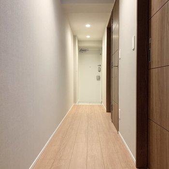 廊下に出て、奥の洋室へ。
