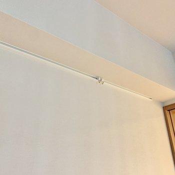 【洋室】フックに絵や写真を飾るとおしゃれな空間になりますね。