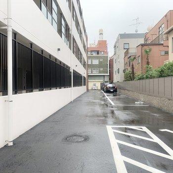 駐車場も広々。