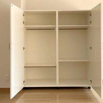 下部の棚板はお好きな位置に変更可能です。(※写真は3階の反転間取り別部屋のものです)
