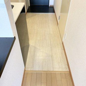 お部屋との境界で床材を変えて、同じ空間でもメリハリがついています。(※写真は3階の反転間取り別部屋のものです)