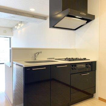 デスクと合わせてダークトーンなキッチン。(※写真は3階の反転間取り別部屋のものです)