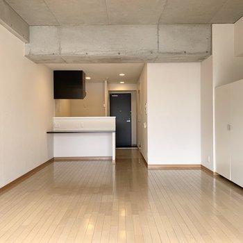 キッチンの向かいには大きめのカウンター付き。(※写真は3階の反転間取り別部屋のものです)