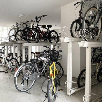 駐輪場もしっかり屋内。奥にはバイク置場もありました。