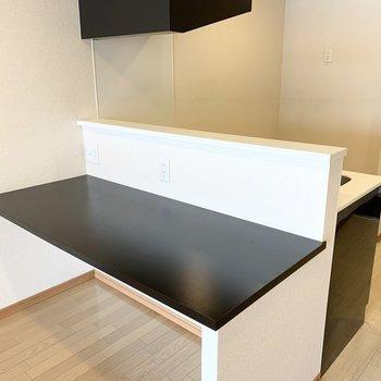 キッチンのカウンターはこんなに広々。コンセントも付いてます。(※写真は3階の反転間取り別部屋のものです)
