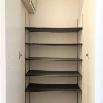 シューズボックスもしっかり容量あります。棚も可動式◎(※写真は3階の反転間取り別部屋のものです)